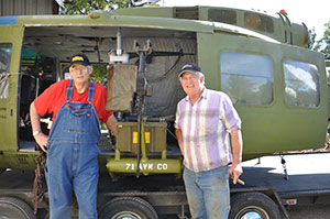Ron Seabolt and Chuck Carlock admiring the new slick gunmounts � left