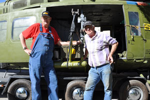 Ron Seabolt and Chuck Carlock admiring the new slick gunmounts � right